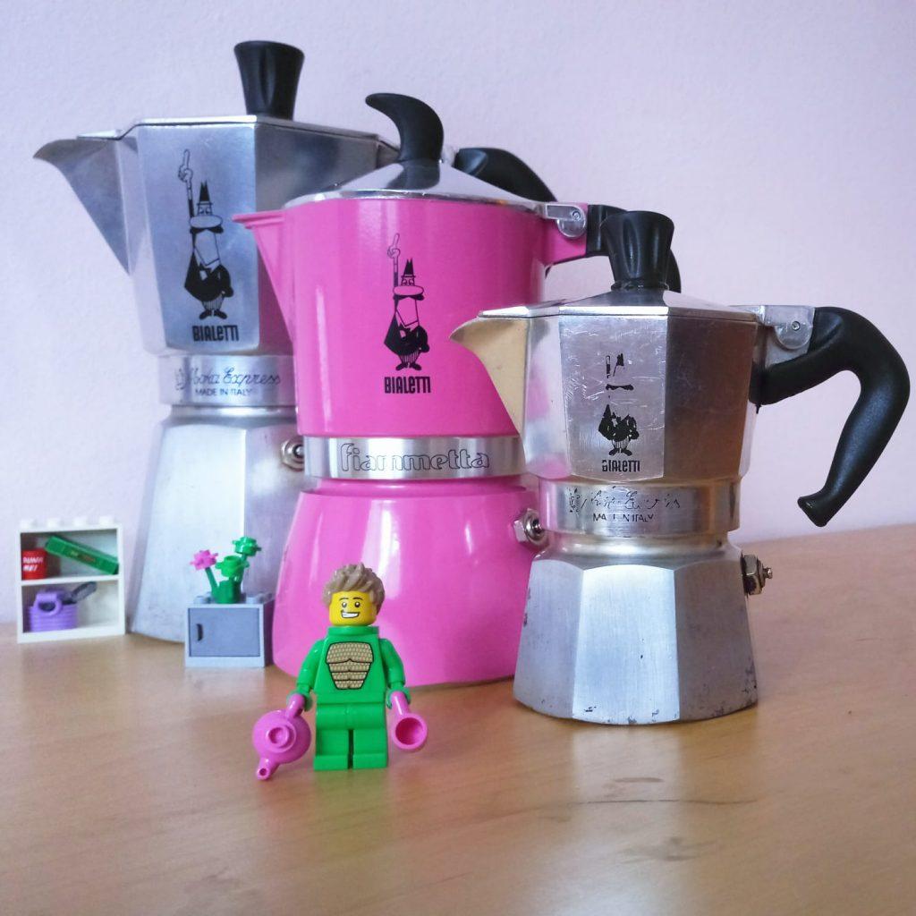 лего играчка дракон пред 3 кафеварки bialetti с различен размер